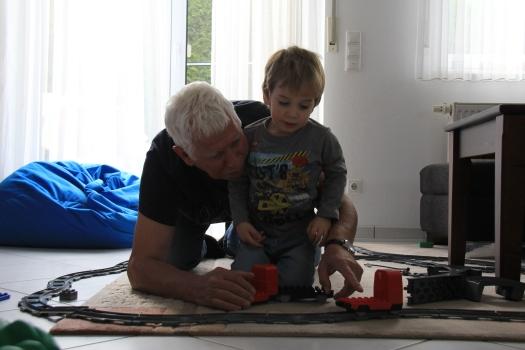 Sa unukom Amirom i njegovim vozom - radost za dida i unuka