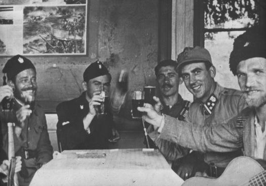Četnici,_domobrani_i_ustaše_zajedno_piju